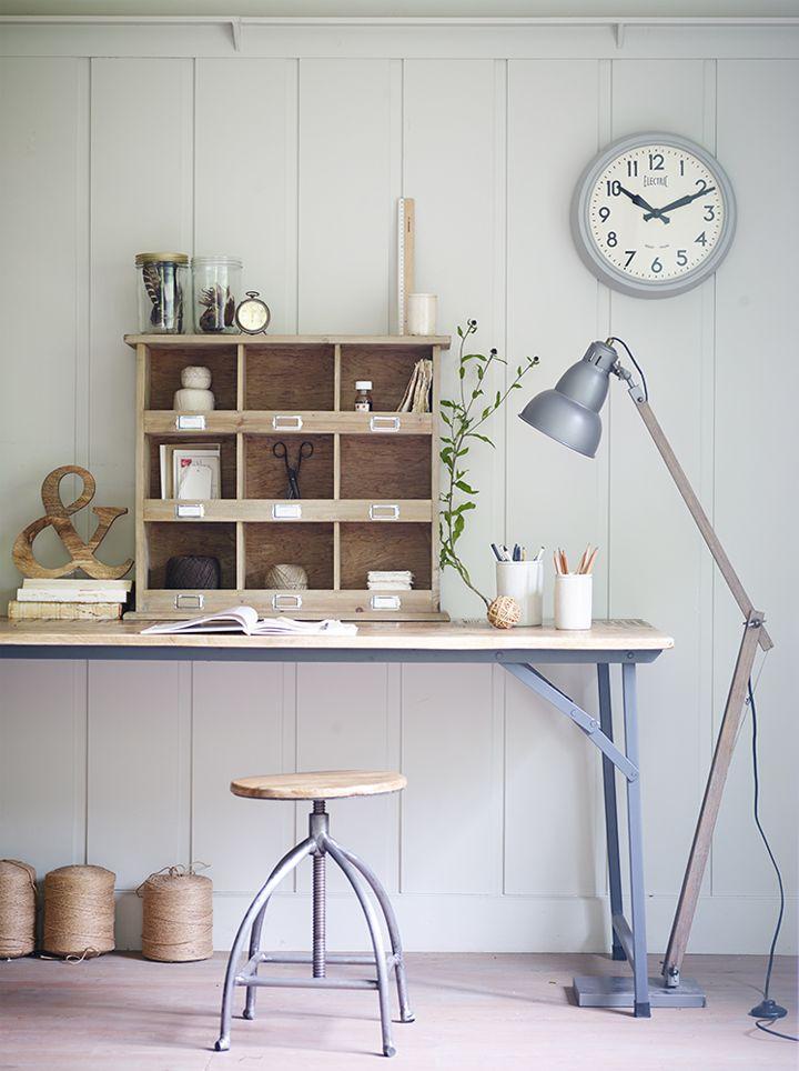 Leuk kantoor waarbij een aantal basis (houten) materialen zijn gebruikt. Hoeft niet altijd duur te zijn :)