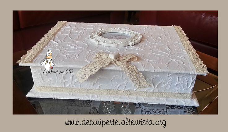 """- SCATOLA PORTA-BUSTE """"SHABBY CHIC"""" - RIVESTITA CON CARTA FATTA A MANO E ORNATA CON PIZZO MACRAME' AVORIO + GESSI PROFUMATI A FORMA DI CUORE + CORNICE LAVORATA BIANCA DIMENSIONI : Cm 36 x 26 x 9 h   """"SHABBY CHIC"""" WEDDING BOX hand-made paper, laces and shabby chic frame. Dimension : cm 36 x cm 26 x 9 h"""