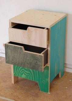 Criado mudo feito com madeira reutilizada.
