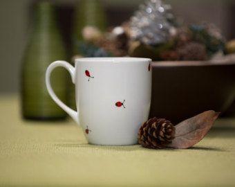 Mug en céramique peinte «Bonjour miel» à la main avec les abeilles  J'ai pensé que j'ai peint une tasse qui est amusant et mignon à la fois. Je voulais peindre les abeilles et le mot «miel» a été tout simplement quelque chose qui a dû être là aussi. J'espère que vous aimez les résultats.  Ce mug accueillera votre «miel» chaque matin rempli de café délicieux torride :)   Bien que lon passe au lave-vaisselle et micro-ondes, je recommande un lavage à la main douce pour garder la tasse en…