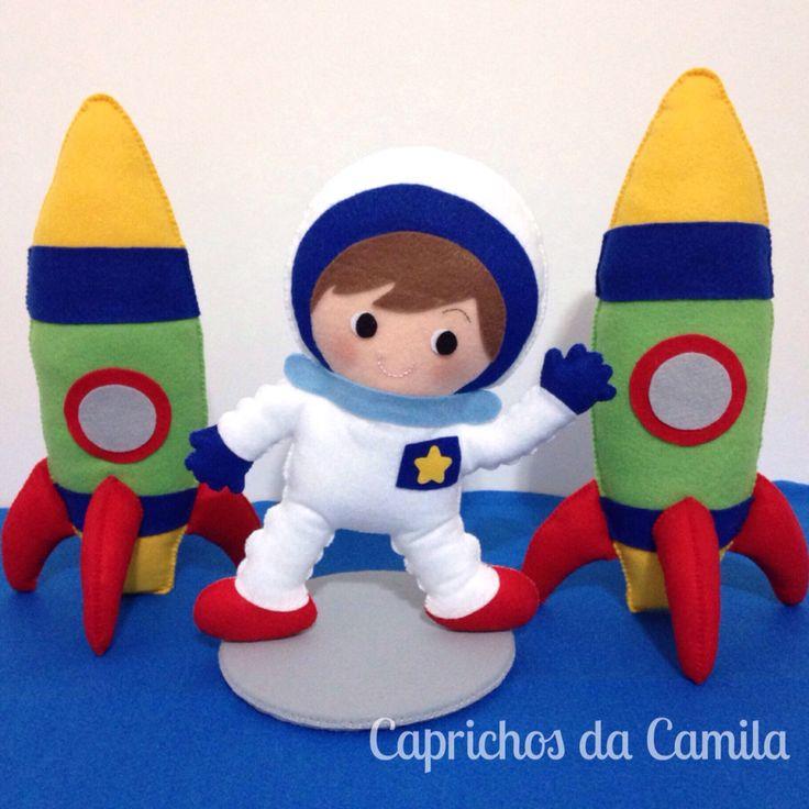 Decoração mesa de aniversário astronauta e foguetes em feltro.