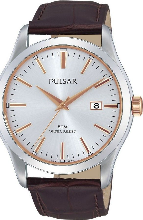Pulsar Herenhorloge PS9305X1. Een mooi horloge met een bruine leren band en geelkleurige accenten op de kast en wijzerplaat. De wijzers zijn oplichtend in het donker als het horloge kort daarvoor aan licht is blootgesteld. Dit elegante horloge is tot 50 meter waterdicht.