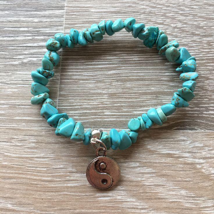 Armband van magensiet splitstenen met metalen JinJang. Van JuudsBoetiek, te bestellen op www.juudsboetiek.nl.