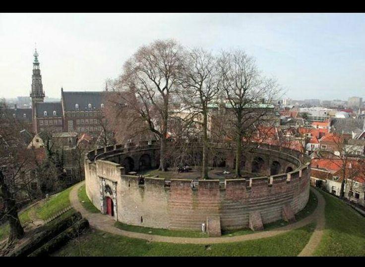 Leiden. De Burcht. Middelpunt van de oude stad. Ligt op het punt waar de Oude- en de NieuweRijn samenkomen.