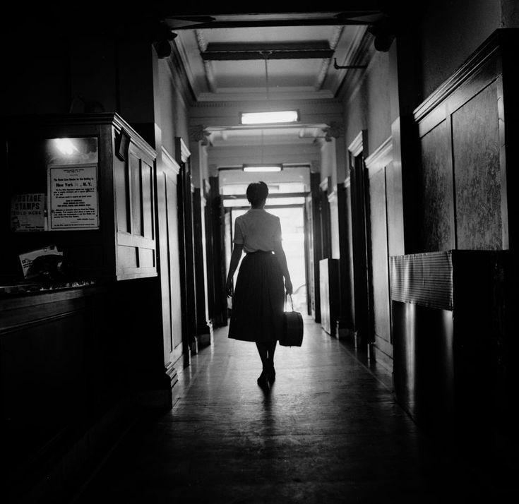 IlPost - Una ragazza in inverno - Una modella esce da uno studio fotografico a New York dopo aver posato per alcune immagini pornografiche. La foto è del 1955 ed è stata recentemente utilizzata per la copertina del romanzo A Girl in Winter dello scrittore e poeta inglese Philip Larkin.  (Pryor/Three Lions/Getty ...