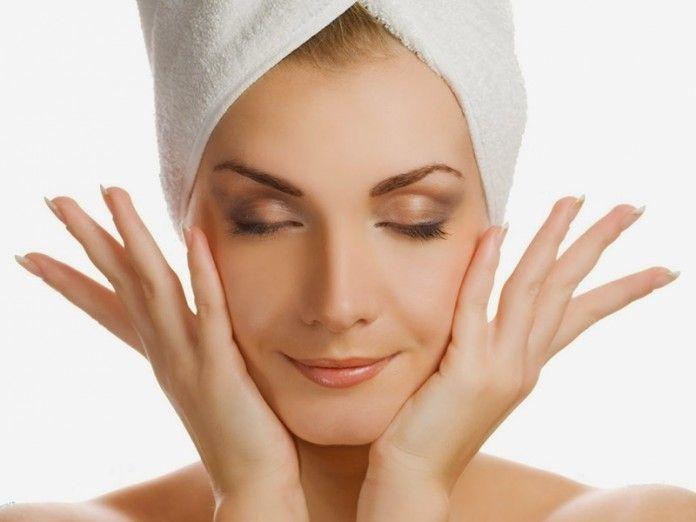 Отличный метод автолифтинга, который быстро подтянет ваше лицо! Ведущий косметолог от французской фирмы Clarins предлагает методику массажа по методу автолифтинга. Он объясняет, что такой массаж не растягивает и не травмирует кожу, обеспечивает натуральный дренаж, выводит токсины и дает заметный эффект омоложения. Перед процедурой нужно снять макияж и тщательно очистить кожу лица и рук. Идеально выполнять такой массаж перед сном, используя ваш привычный ночной крем.