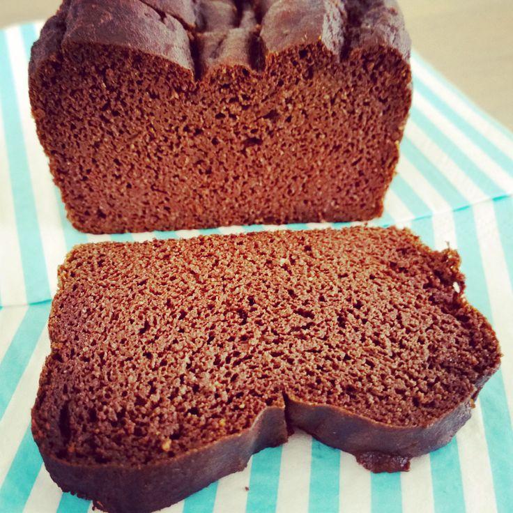 Yum yum yum, dit chocolade bananenbrood is eigenlijk veel te lekker om het bij een plakje te houden! En heel grappig, ondanks dat er 4 bananen inzitten smaakt deze 'cake'echt naar choc…