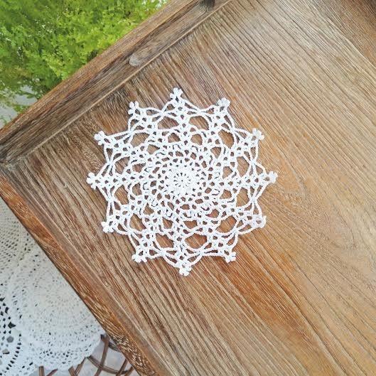 雪の結晶をイメージして作った、手編みのレース編みのドイリーです。淵のピコット編みがポイント。細い糸を使っているので繊細な印象に。敷物として、花瓶の下に敷いたり...|ハンドメイド、手作り、手仕事品の通販・販売・購入ならCreema。