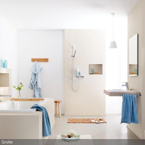 Sein Bad natürlich zu gestalten ist gar nicht so schwer. Sanfte Erdtöne und Elemente aus Holz fügen sich zu einem natürlichen Look. Textilien in Blau setzen …