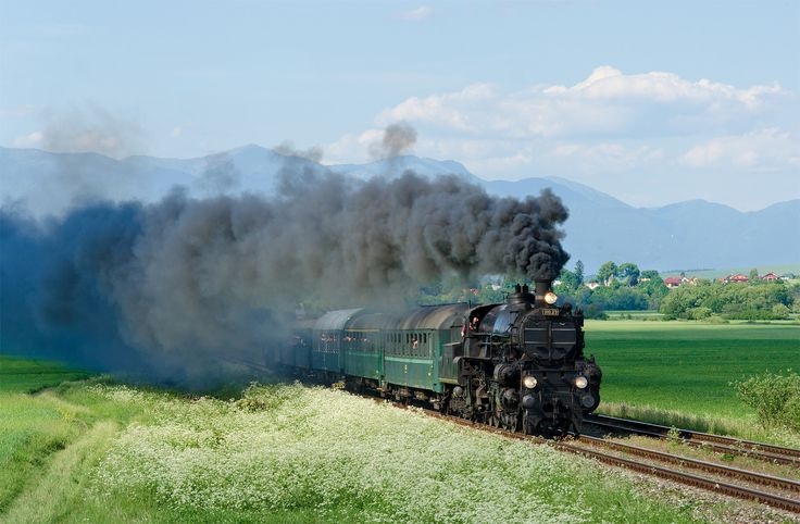 https://flic.kr/p/VrtQm3 | Hrbáč | 310.23 sa kvalitných dymových efektov prechádza Turcom. Na postrku sa vezie Štoker 556.036