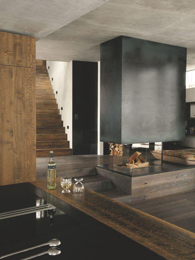 Quatre matériaux pour une véritable harmonie visuelle : métal oxydé et béton brut pour la structure de la maison ; chêne de Belgique bruni (Grill) au sol.