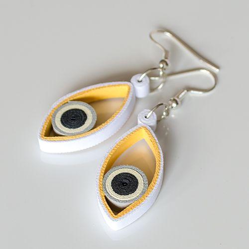 Dropp Fisheye Droppjsou náušničky srolované zúplně běžného barevného papíru. Technika na to použitá se nazývá quilling, avšak krapet upravená (přáníčka mě moc nebaví :) ). Srolované papírky sroluju do tvaru kruhů, vytvaruju do odpovídajicích tvarů, připevním mezi sebe a pořááádně matným lakem přelakuju. Náušky pevně drží tvar (lak umí úplné ...