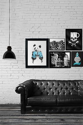 Composição PB em parede de tijolos com sofá retrô preto. Clique na imagem e descubra o nome da arte, artista, acabamentos e valores.  |  BW art composition on a brick wall with a vintage black couch. Click on the image and find out the art names, artists, finishings and prices.