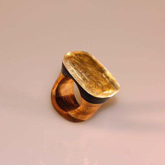 Anello di design con legno resina e foglia di SPhandmadejewelry