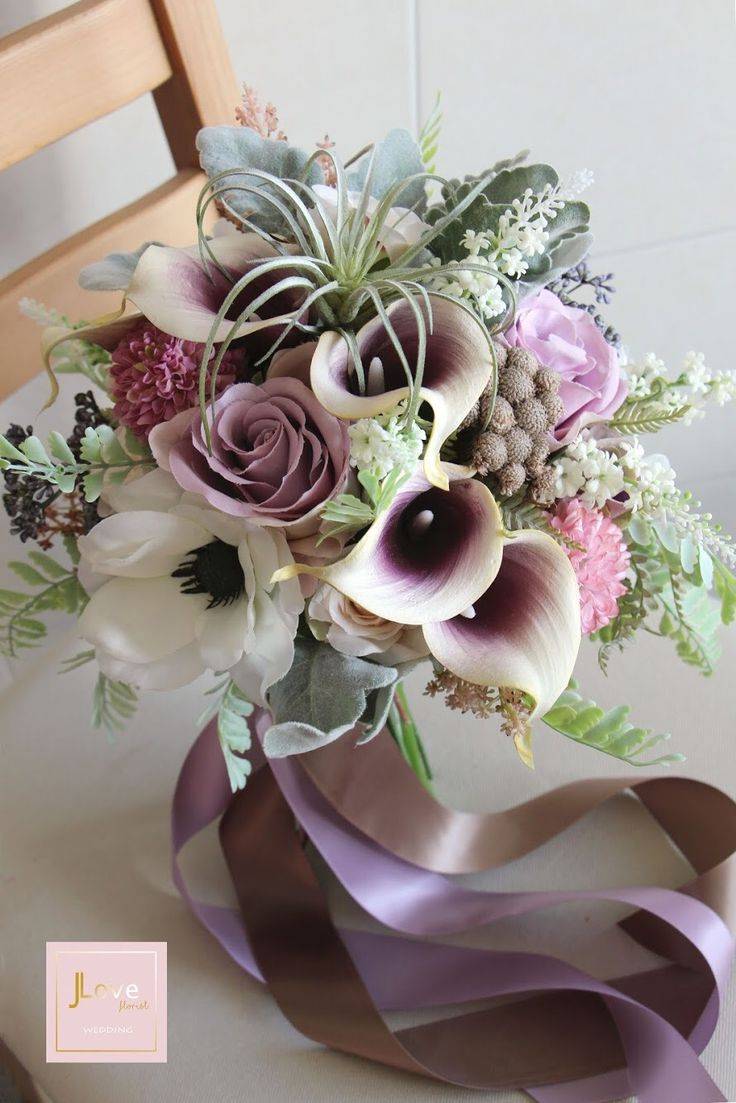Bridal bouquet in a soft vintage lilac tone