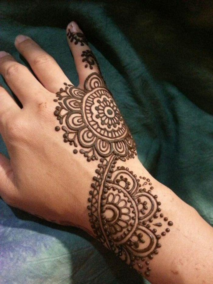 tatuajes-de-henna-para-mujer-mandala-indio