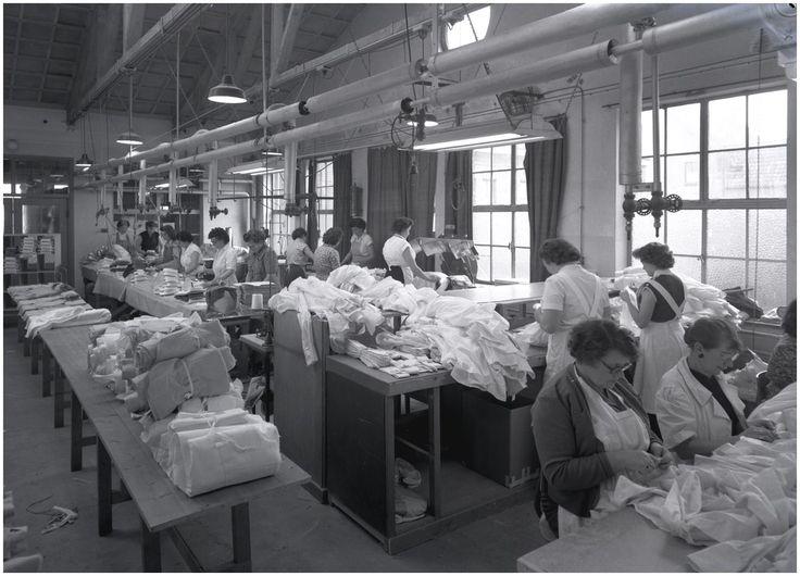Het produceren van kleding in een confectie-atelier. Geen informatie bekend Foto Starink (fotograaf) - 1957