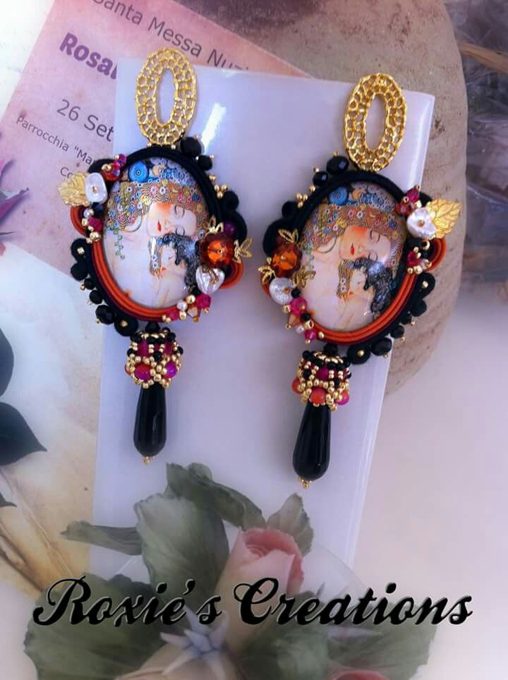 https://www.facebook.com/Roxies-Creations-1425843984294757/ https://www.etsy.com/it/shop/LeGioieDiRoxie #gioielliinsoutache #handmadefromitaly #orecchinisoutache #soutache #shibori #soutachejewelry #soutacheearrings #shiborisilk #shiboriearrings #gioielliarigianali #fattoamano #roxiescreations #fattoconilcuore #cabochonfattiamano #soutachemania #pendientes  #soutachejewelry #soutacheaccessories #soutachejewellery #soutachenecklace #ilovesoutache #embroidery #embroiderydesign #embroiderybeads…