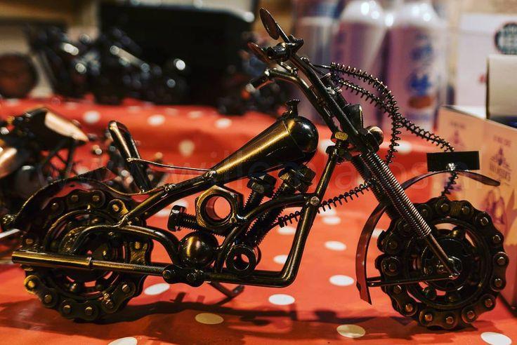 Op de Kerstmarkt in Breda (Winterland) verkoopt Kees Verschoor (www.business-kees.nl) prachtige motorfietsmodellen. Gemaakt in Frankrijk. De prijs valt mee: al vanaf  1250 heb je een (klein) model. #breda #winterland #sr16 #glazenhuis #fotografie #willemlaros.nl #motorfiets #schaalmodellen