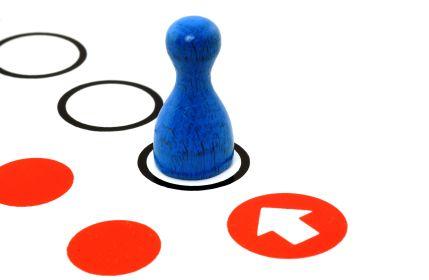 Spielfigur auf dem Erfolgsweg / Wooden figurine as symbol for success