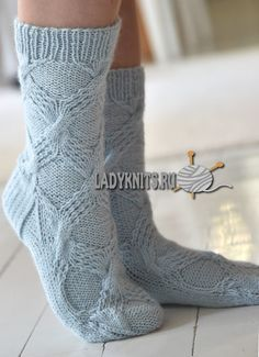 Вязаные спицами женские носки с косами