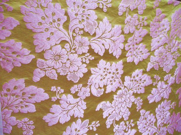 Ткань брокатель – это лёгкая шёлковая или шерстяная ткань, на полотне которой вытканы небольшие золотые или серебряные орнаменты в виде листьев, цветов или букетов. Для пущей красоты этот орнамент оттенялся цветными нитями. Шёлковая брокатель, её ещё называли глазет, являлась дорогой тканью и была доступна только богатым семьям, наряду с тканью парча и дамаст. Название ткани происходит от французского слова brocatelle. Начали производить ткань …  ВСЯ СТАТЬЯ НА САЙТЕ http://shtora-dizain.ru