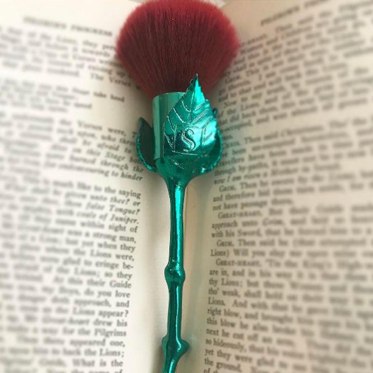 Os novos pincéis em formato de flor da Storybook Cosmetics - http://www.pausaparafeminices.com/maquiagem/os-novos-pinceis-em-formato-de-flor-da-storybook-cosmetics/
