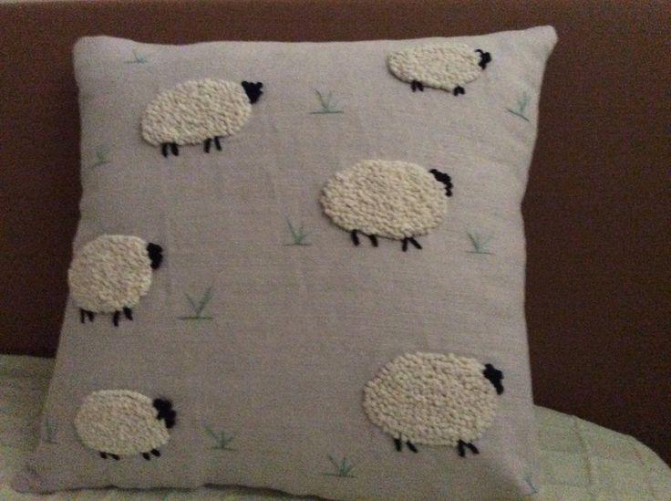 Kuzu işlemeli yastık