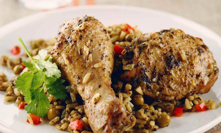 Arroz con Pollo est un plat de riz péruvien classique du Nord du Pérou. Il est apprécié en raison de sa couleur verte, sa saveur terreuse et ses épices subtiles. | Le Poulet du Québec