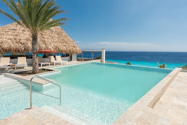 Bent u al toe aan een lekkere duik in dit zwembad?