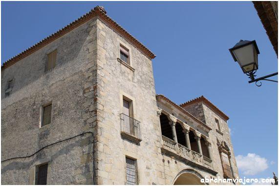 Construido sobre un edificio militar propiedad de los Vargas, era también una casa defensiva con dos torres. En el siglo XVI, Juan Pizarro de…