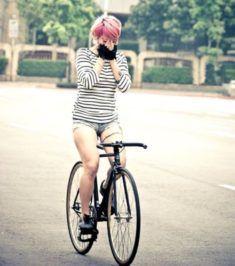 Belle femme du 10 sort avec son vélo customisé sur www.velocustom.eu