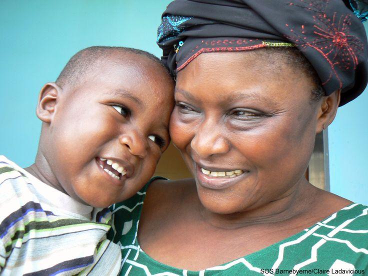 SOS-mor og barn i børnebyen i Bakoteh, Gambia. #Thegambia #mor