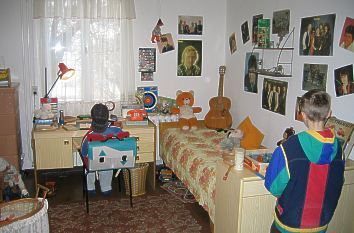 from former East Germany of 1980s  typical apartment    in den 80er Jahren sahen die Wohnungen in der DDR meist so aus .    mitsu-talk.de