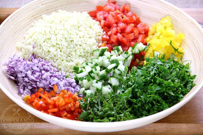 Receita de Tabule de Couve Flor. Uma salada sem glúten, low carb, paleo e deliciosa. Super rápida de fazer e muito saudável.