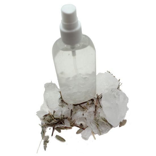 Hacer desodorante de piedra de alumbre. El cristal mineral no enmascara los malos olores sino que los combate actuando contra las bacterias que los provocan.