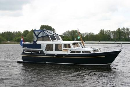 "Houseboat ""Pimeer 1100"" for 4 persons, cruising the beautiful canals and lakes in Friesland in Holland."