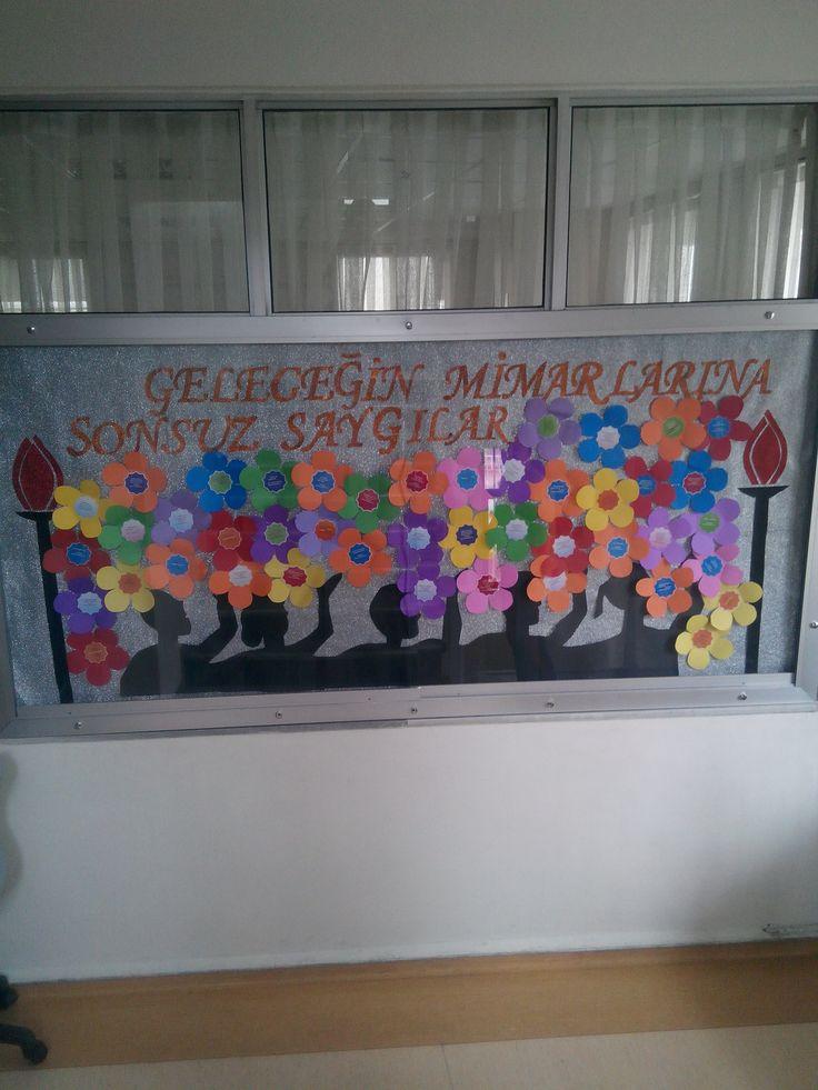 Öğretmenler Günü bilgiçağı koleji( her çiçeğin ortasında öğrencilerin öğretmenlere söyledikleri lakaplar yazılı Örn: En eğlenceli, en kafadar...)