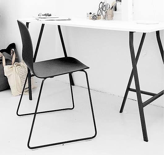 Kufenstuhl aus Holz und Stahl by Mika Tolvanen. Hier entdecken und shoppen: http://sturbock.me/0xs