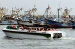 Ballestas Boot und Fischkutter     Peru - Pazifikküste bei Paracas.