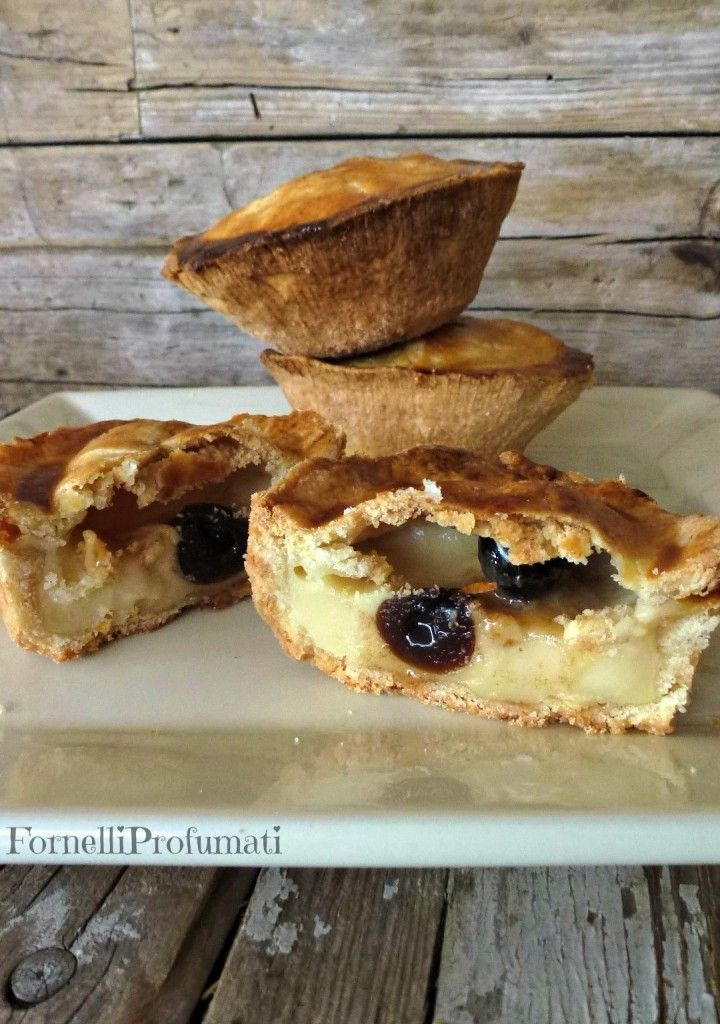 PASTICCIOTTI LECCESI (Puglia) are the symbols of the Salento pastries and consist of a crunchy pastry filled with custard that can be enriched with delicious cherry