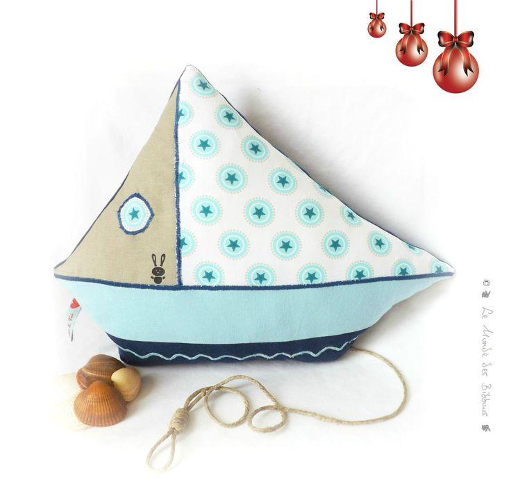 coussin pour enfant forme bateau tissus bleu et taupe original et unique fait main taupe. Black Bedroom Furniture Sets. Home Design Ideas