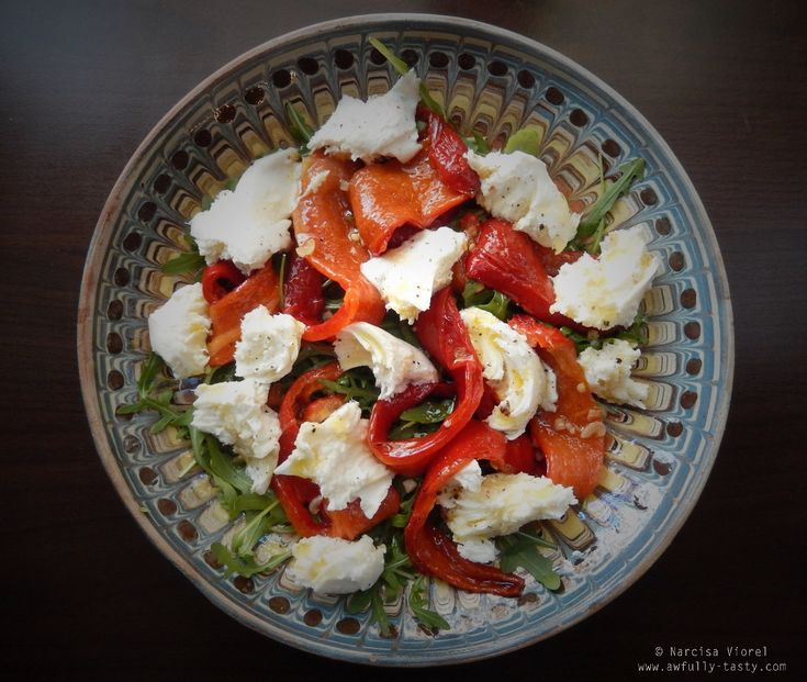 Salată de ardei copți cu mozzarella, rucola.  Roasted peppers and mozzarella salad by Ottolenghi.