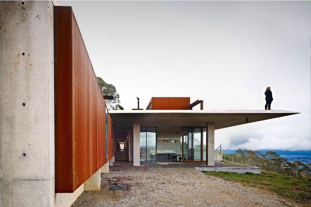 A house by Peter Stutchbury Architecture embraces its epic bush pastoral setting.