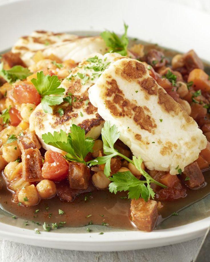 Voor dit heerlijk pittig stoofpotje haalden we onze inspiratie uit Spanje, waar ze hun winterse gerechten ook opvrolijken met kikkererwten en chorizo.