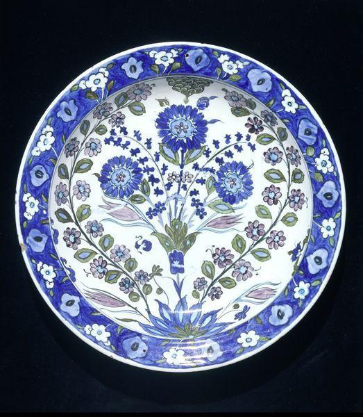 Dish,Iznik, Turkey,ca. 1540.Fritware, polychrome underglaze painted, glazed.Diameter: 31.7 cm, Height: 5.8 cm.Salting Bequest.Museum number:C.1985-1910© V Images.