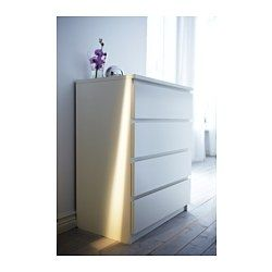 IKEA - MALM, Komoda, 4 szuflady, biały, , Twój dom powinien być oczywiście bezpieczny dla całej rodziny. Dlatego dołączone okucia zabezpieczające umożliwiające przymocowanie komody do ściany.Płynnie wysuwane szuflady z blokadąJeśli chcesz utrzymać w środku porządek, możesz wykorzystać zestaw 6 pudełek SKUBB.