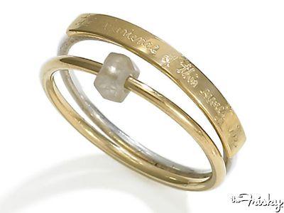 Fedi nuziali particolari: frase incisa per l'anello dello sposo e pietra grezza e non incastonata per quello della sposa.
