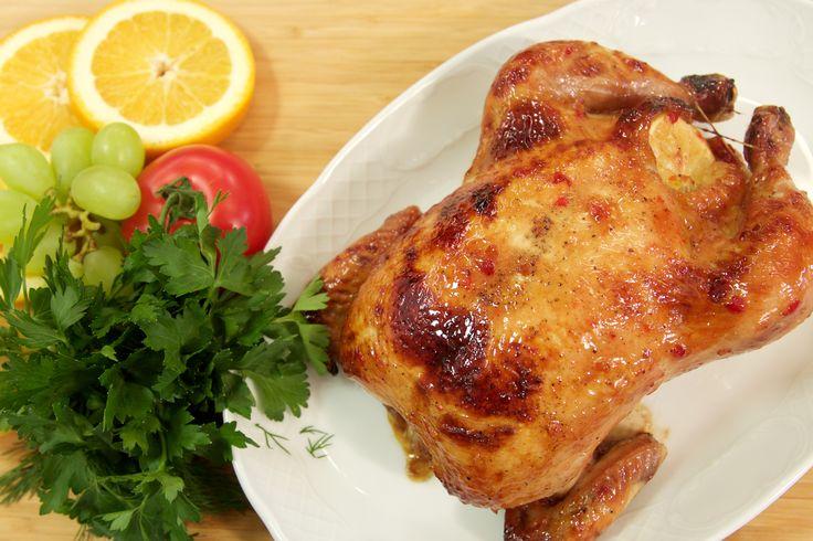 Курица с карамелизованными овощами:  Курица 1 шт. Соль 5 г Перец черный 2г Горчица 2 ч. л. Цукини 250г Перец болгарский 1шт. Помидоры черри 5-6 шт. Масло растительное 15 г Масло сливочное 25 г Сахар 1/2 ч. л. Чеснок 2 зубчика Лимон 1/2 шт. Зелень разная Для глазури: Ткемали 150 г Острый перечный соус 150 г Абрикосовое варенье 150 г Подробный рецепт на сайте: tnt-online.ru