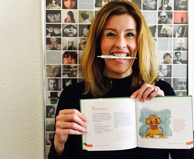 """Gute Laune auf Knopfdruck? In meinem kleinen Ratgeber """"Lampenfieber"""" (Kösel Verlag) zeigt Ihnen der Protagonist """"Mo"""", wie das funktioniert ;-) Ich habe es vorab schon einmal probiert ✏️😁 Sie möchten noch mehr tolle Tipps & Tricks gegen Lampenfieber? Hier können Sie das Buch online bestellen: www.matschnig.com/produkt/lampenfieber"""